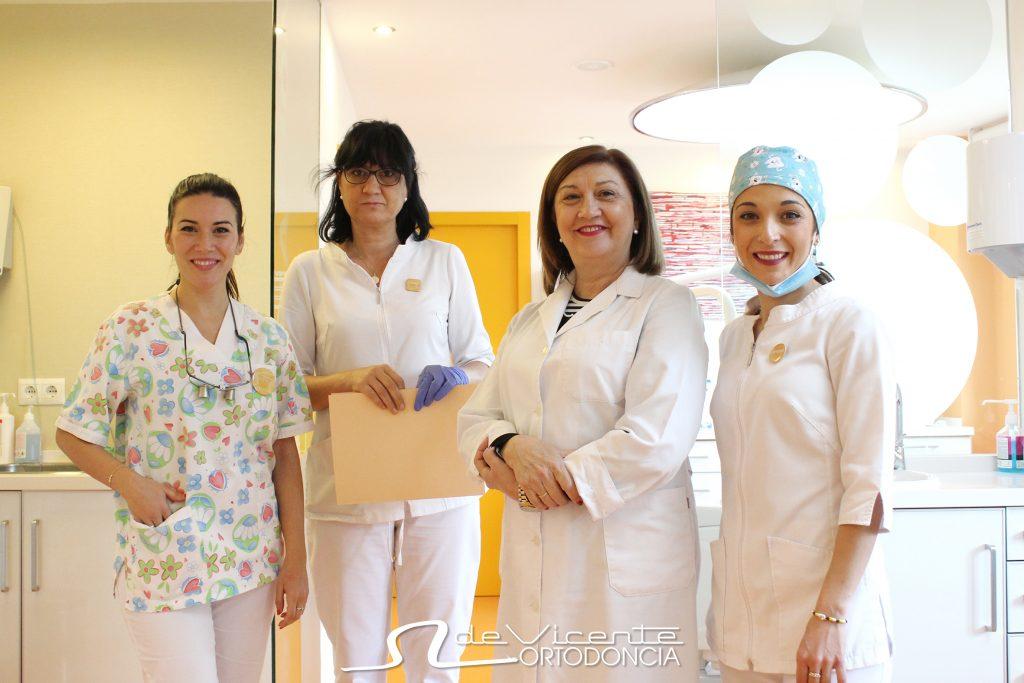 equipo y clinica de vicente con una de las mejores odontólogas de Andalucía Mª Ángeles de Vicente ortodoncia y brackets transparentes en granada