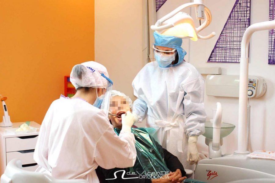 Personal ortodoncista y dentista De Vicente Ortodoncia en Granada atienda a una paciente con todas las medidas de seguridad anticovid