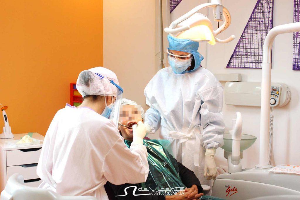 Paciente atendida en la clínica dental de Vicente Ortodoncia en Granada porque no afecta el cierre perimetral a la cita con tu dentista