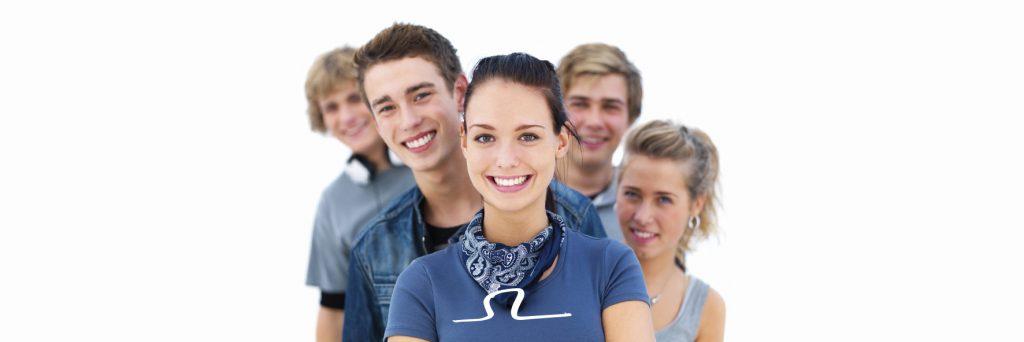 amigos sonrien despues de tratamiento de ortodoncia invisible en granada