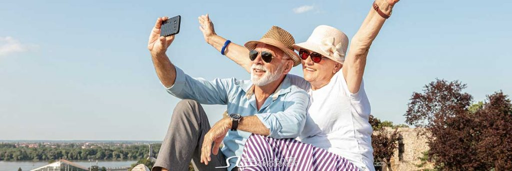 pareja sonríe feliz gracias al implante dental en Granada