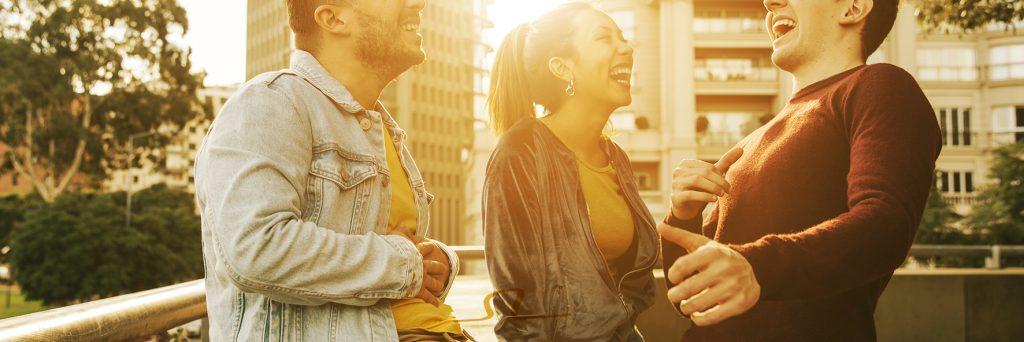 Gente joven muestra sonrisa perfecta después de ortodoncia transparente