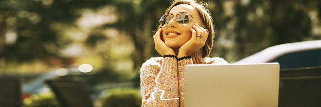 mujer muestra sonrisa perfecta