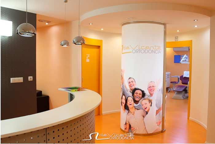 entrada a la clínica dental De Vicente Ortodoncia en Granada