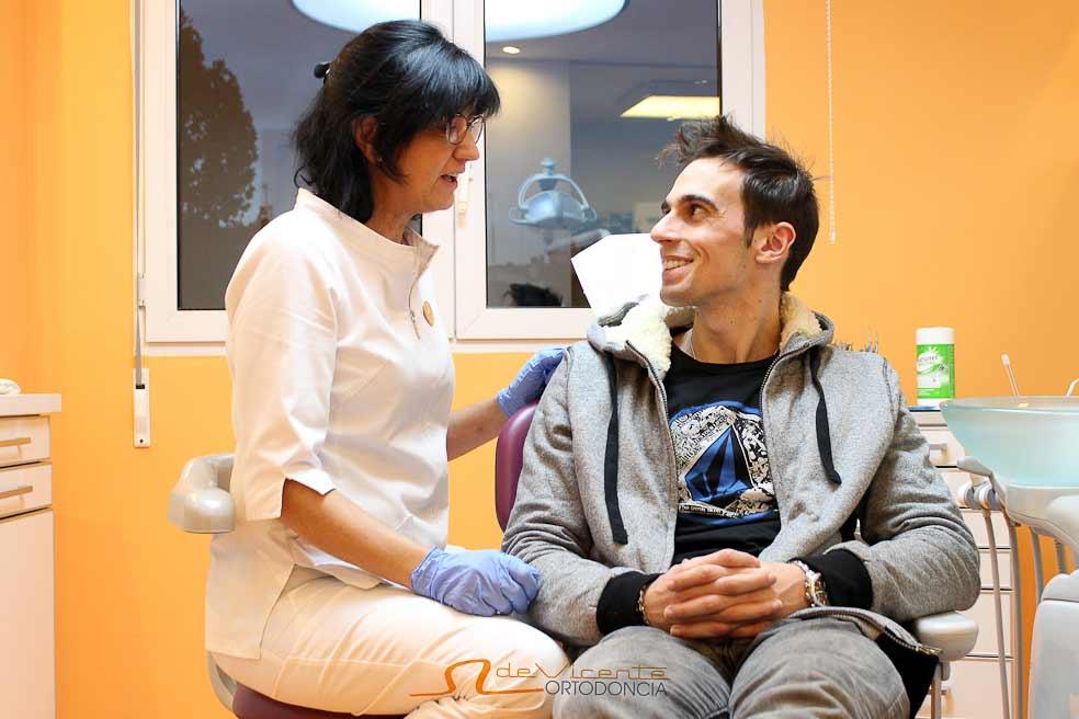 personal especialista dental en ortodoncia en la clínica de Vicente Ortodoncia de la calle San Antón en Granada