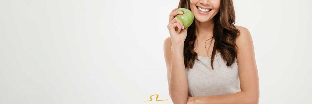 mujer con sonrisa bella y alimentación sana