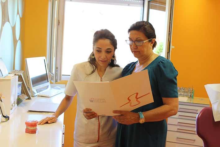 doctora de vicente profesora de ortodoncia de la ugr y ortodoncista en la clínica dental especializada en ortodoncia y estética dental en calle san Antón de Granada