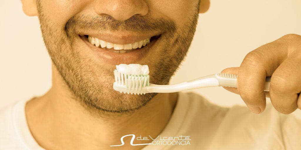 hombre se cepilla los dientes tras tratamiento de ortodoncia en Granada