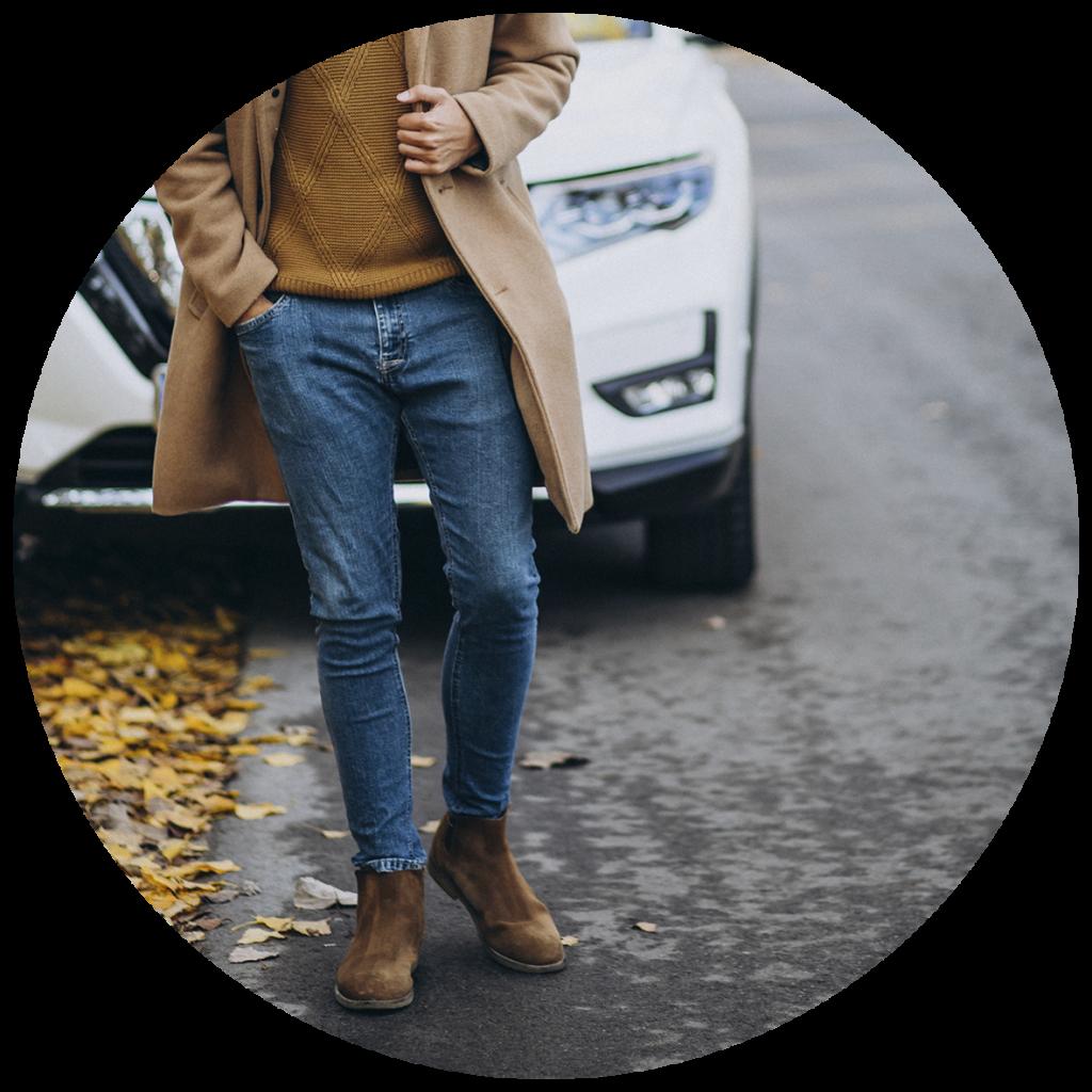 hombre anda delante de un coche