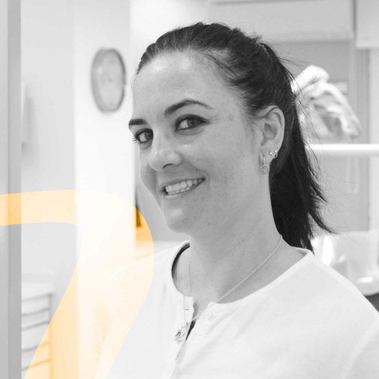 Lucía especialista en periodoncia en clínica dental De Vicente Ortodoncia en Granada
