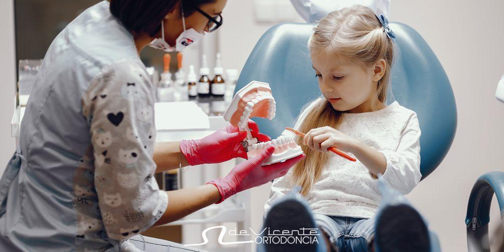 dentista en Granada atiende un caso de ortodoncia infantil en Granada