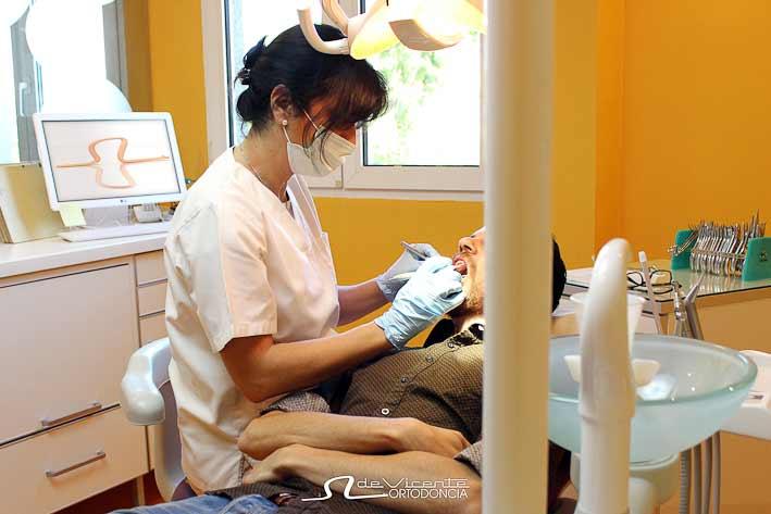 personal experto de clínica dental especializada en ortodoncia y estética dental en calle san Antón de Granada